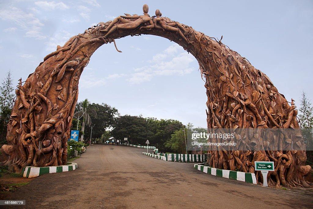Archway carved with human sculptures at a park entrance, Kailasagiri Park, Visakhapatnam, Andhra Pradesh, India : Nieuwsfoto's
