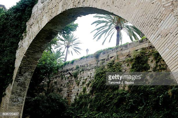 archway in the gardens of cathedral - bavosi stock pictures, royalty-free photos & images