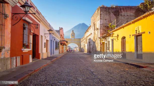 arco de santa catalina street (santa catalina arch) antigua guatemala - guatemala stock pictures, royalty-free photos & images