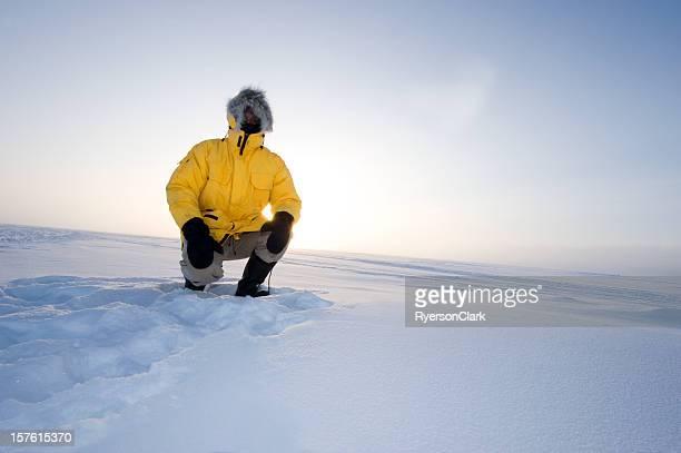 arctic niebla. hombre en un parka en la nieve - hombre peludo fotografías e imágenes de stock