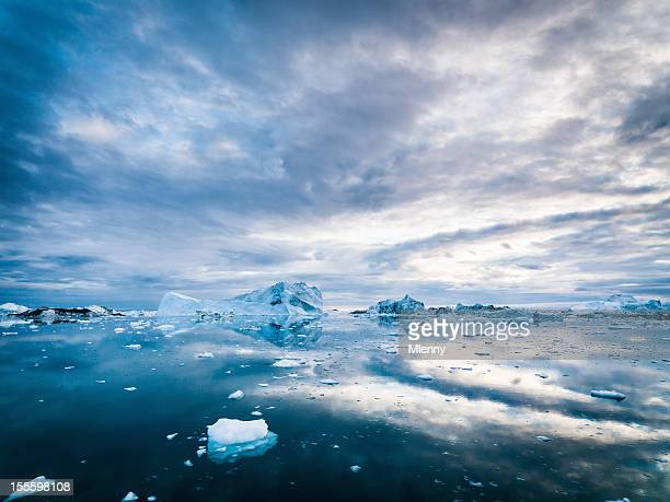 arctic icebergs greenland ilulissat ice fjord morning sunrise - poolklimaat stockfoto's en -beelden