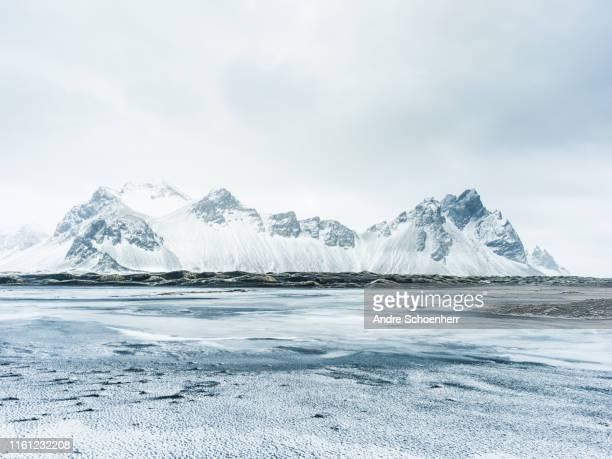 arctic solitude - islandia fotografías e imágenes de stock