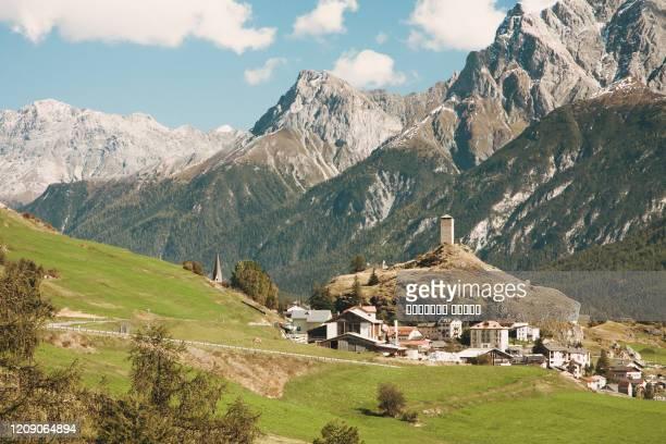 ardez, a typical eastern swiss village with alps and steinsberg castle in the background. - kanton graubünden stock-fotos und bilder