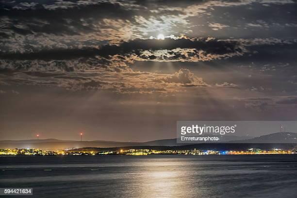 ardic shores at full moon - emreturanphoto stockfoto's en -beelden