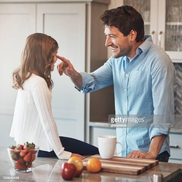 willst du diese niedlichen ewig bleiben? - stay at home father stock-fotos und bilder