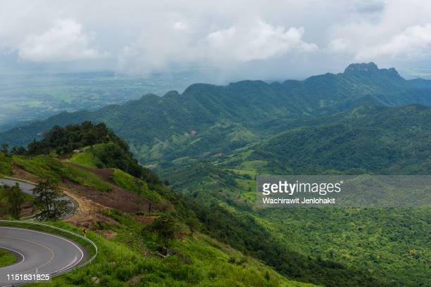 area view ,the greatness of the valley. look from phu thap boek see the road to the top of the hill. - boek imagens e fotografias de stock