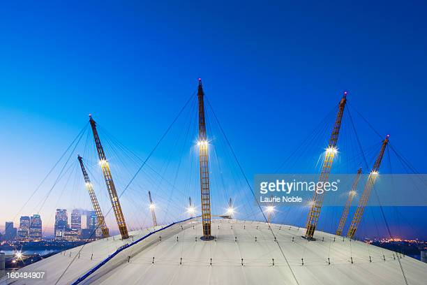 o2 arena and canary wharf illuminated at dusk - the o2 england stock pictures, royalty-free photos & images