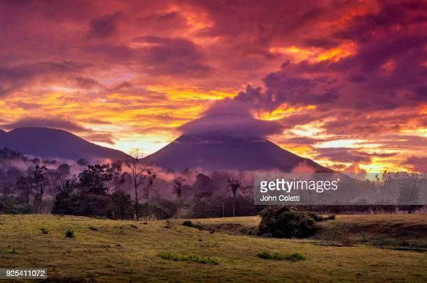 arenal volcano, costa rica - サンカルロス ストックフォトと画像