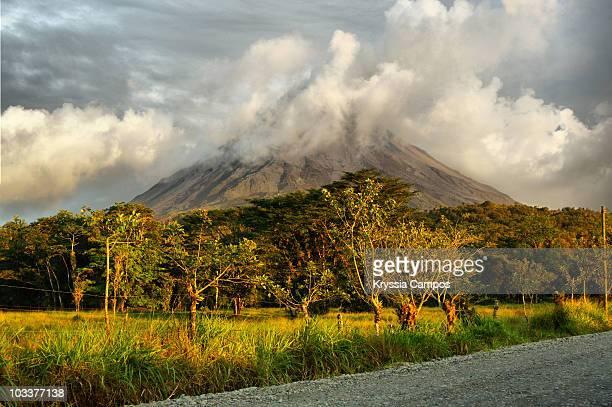 arenal volcano - サンカルロス ストックフォトと画像