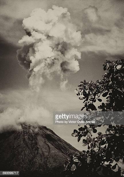 arenal volcano (costa rica) - victor ovies fotografías e imágenes de stock