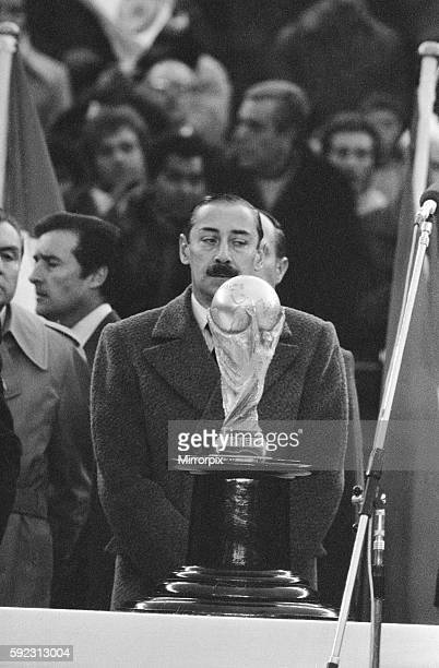 Argentina 3 v Holland 1. Argentina President Jorge Videla looks at the World Cup trophy on display, awaiting the winners of the match. 25th June 1978.