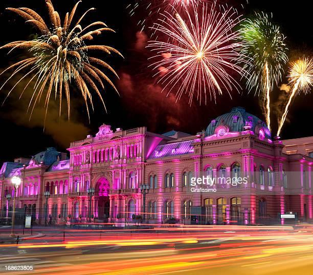 argentina, buenos aires casa rosada por la noche y fuegos artificiales - buenos aires fotografías e imágenes de stock