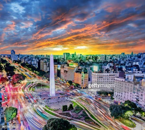 argentina buenos aires, centro de la ciudad con los coches del tráfico en la noche cerca del obelisco - argentina fotografías e imágenes de stock