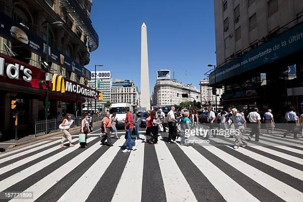 argentina, buenos aires personas cruzar av.corrientes cerca de obelisco - obelisco de buenos aires fotografías e imágenes de stock