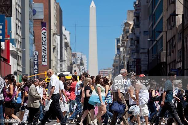 argentina, buenos aires personas cruzar av.corrientes - obelisco de buenos aires fotografías e imágenes de stock