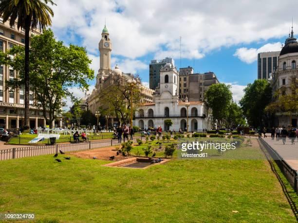 argentina, buenos aires, plaza de mayo with cabildo de buenos aires, museo nacional del cabildo y la revolucinn de mayo - buenos aires stock-fotos und bilder