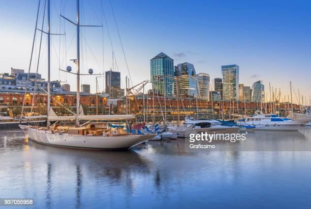 skyline argentina buenos aires puerto madero de noche - buenos aires fotografías e imágenes de stock