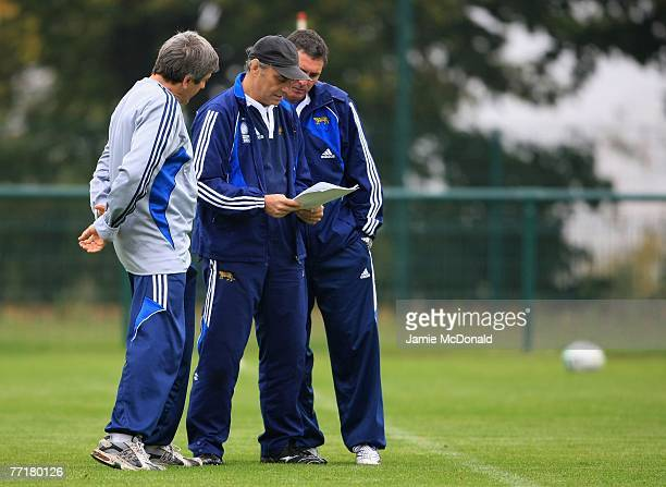 Argentina coach Marcelo Loffreda talks tactics during an Argentina training session at the Stade Jean Boulin on 4 October 2007 in Paris