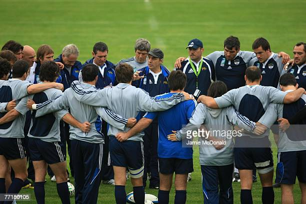 Argentina coach Marcelo Loffreda talks with his players during an Argentina training session at the Stade Jean Boulin on 4 October 2007 in Paris