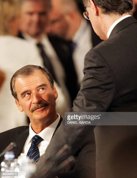 El presidente mexicano Vicente Fox dialoga con una persona no identificada durante un receso en la ultima sesion plenaria de la IV Cumbre de las...