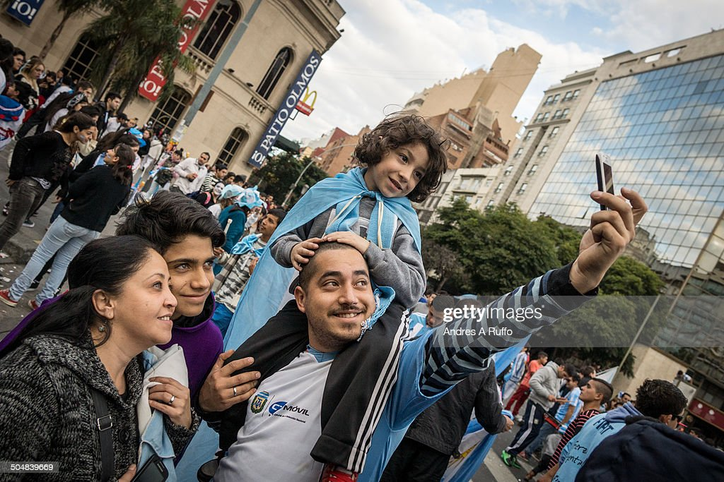 World Cup fans gather to celebrate in Cordoba : Fotografía de noticias