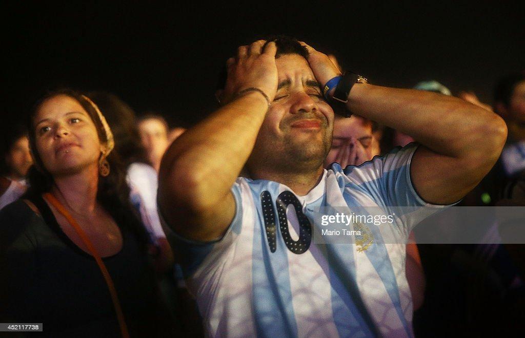World Cup Fans Gather To Watch Argentina v Germany In Final Match : Fotografía de noticias