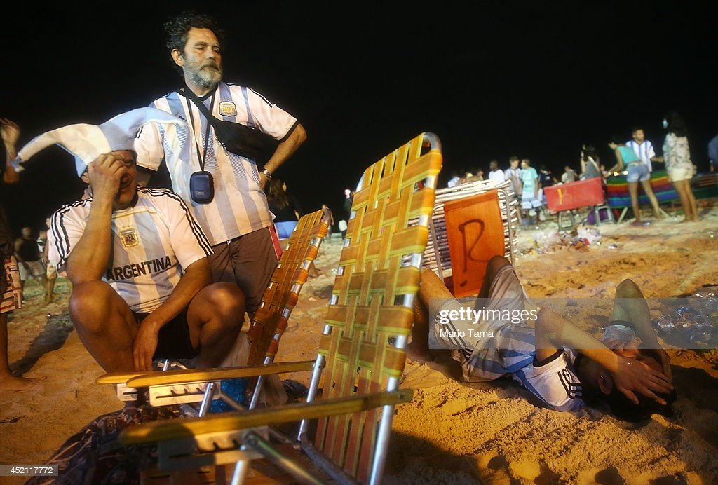 World Cup Fans Gather To Watch Argentina v Germany In Final Match : News Photo