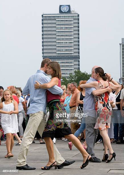 Argentina in Bonn The group Cuarteto Argentino with their Tango on the roof of the Art and Exhibition Hall Tango dancing visitors in front of the...