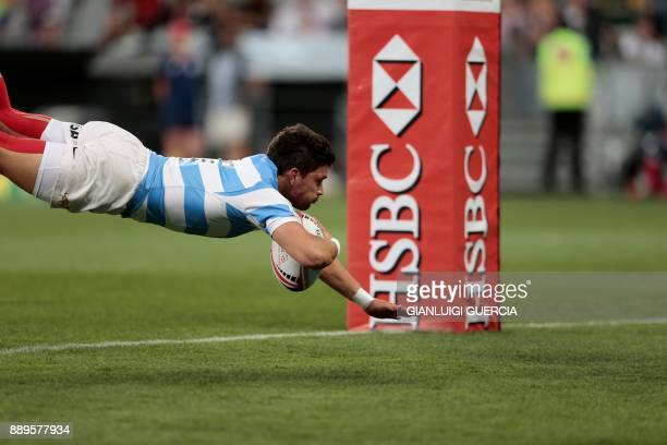 Argentina Lautaro Bazan Velez scores a try during the final Argentina vs New Zealand of the World Rugby Sevens Series at Cape Town Stadium on...