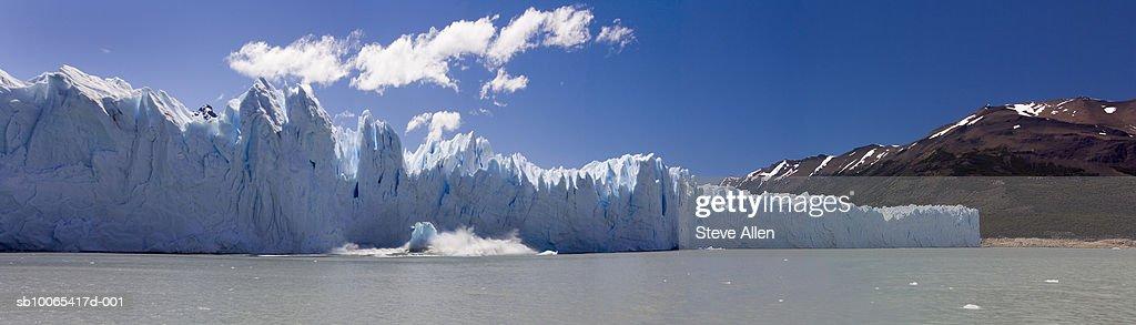 Argentina, Patagonia, ice falling off Puerto Moreno Glacier : Foto stock