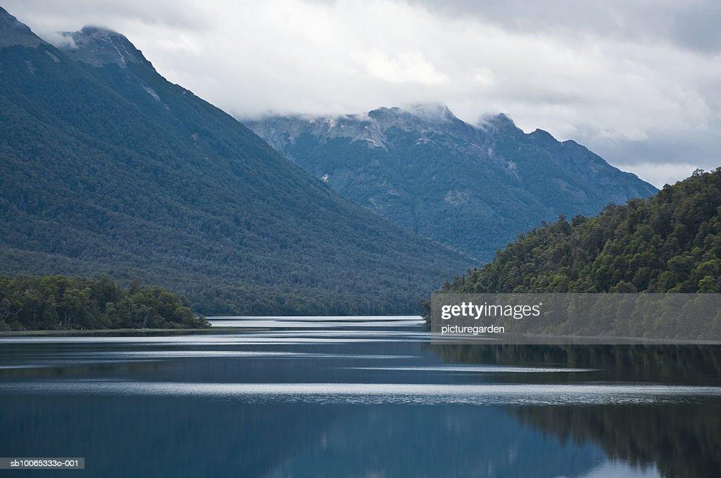 Argentina, Patagonia, Lake District, Parque, Lake Nahuel Huapi with mountains : Foto stock