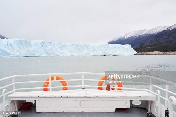 argentina, patagonia, rear view of boat at perito moreno glacier - heck stock-fotos und bilder
