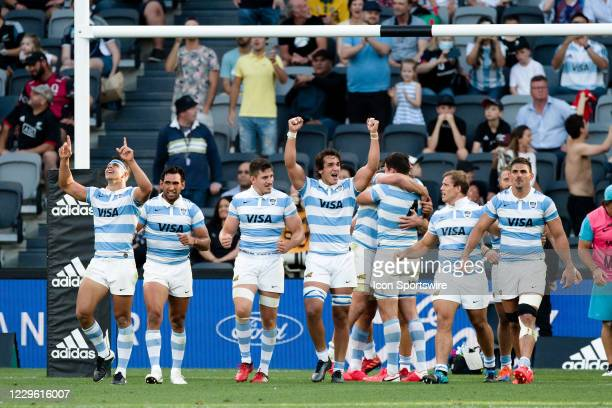 Argentina players celebrate the victory during the Tri-Nations round 3 rugby match between the New Zealand All Blacks and Argentina Pumas at Bankwest...