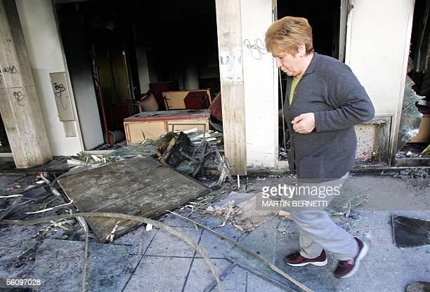 Una persona camina entre los destrozos causados en el Banco de Galicia de la calle Colon en Mar de Plata Argentina el 05 de noviembre de 2005...