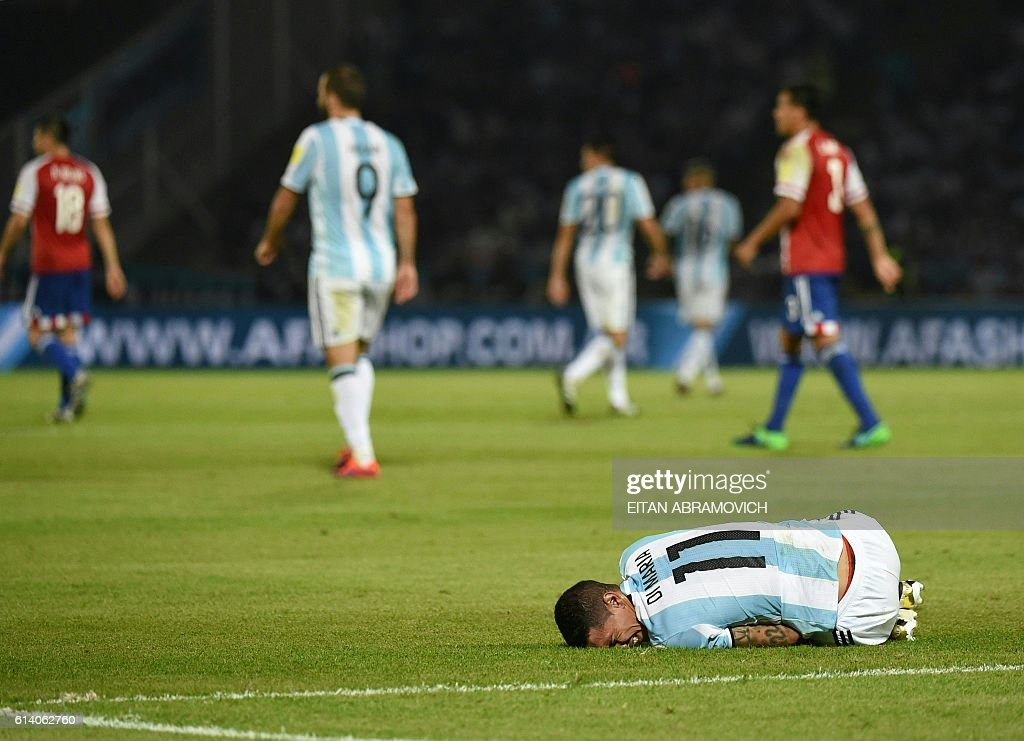 TOPSHOT - Argentina's Angel Di Maria lies on the field during a Russia 2018 World Cup football qualifier match against Paraguay in Cordoba, Argentina, on October 11, 2016. / AFP / EITAN