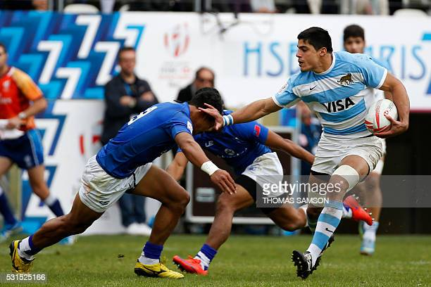 Argentina's Axel Muller runs with the ball during the HSBC Paris Sevens Series semifinal rugby match between Argentina and Samoa at the Stade Jean...