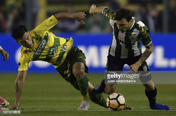 Argentina's Banfield midfielder Nicolas Bertolo vies for the ball with Argentina's Defensa y Justicia defender Lisandro Martinez during their Copa...