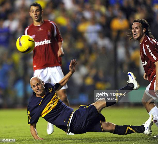 Argentina's Boca Juniors forward Luciano Figueroa vies for the ball with Brazilian Internacional defender Marcao during their Copa Sudamericana 2008...