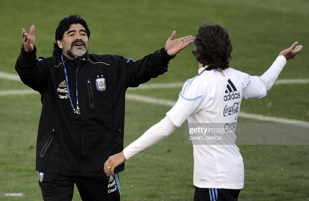 Argentina's coach Diego Maradona (L) gestures to defender Gabriel Heinze during a team training session at the University's High Performance Centre in Pretoria on June 6, 2010 ahead of the start of the 2010 football World Cup.