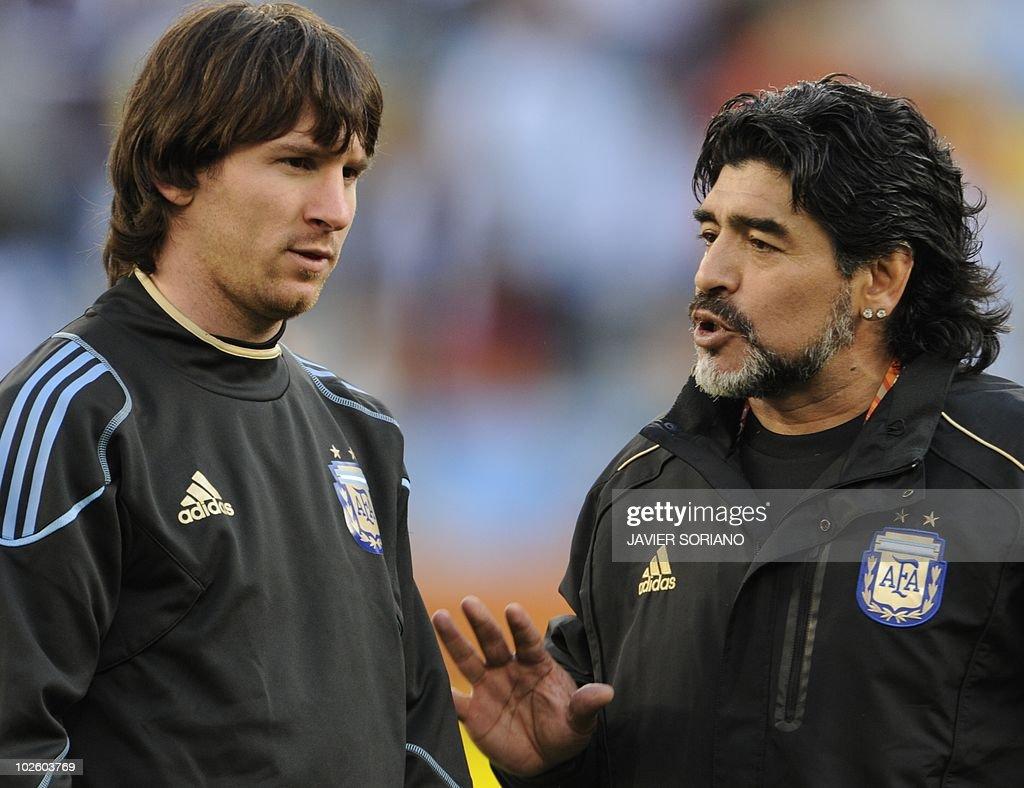 Argentina's coach Diego Maradona (R) spe : News Photo