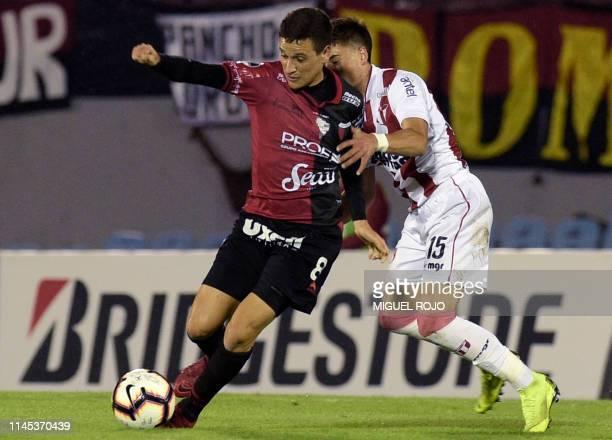 Argentina's Colon Santa Fe midfielder Fernando Zuqui and Uruguay's River Plate Juan Pablo Plada vie for the ball during their Copa Sudamericana...