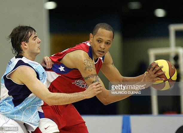 Argentina's Diego Garcia battles fot the ball with Puerto Rican Carmelo Lee during their XV Pan American Games Rio2007 28 July 2007 in Rio de Janeiro...