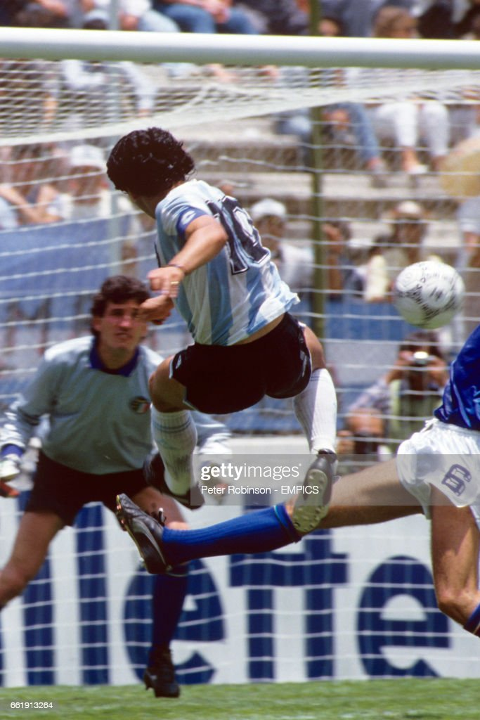 Soccer - World Cup Mexico 1986 - Group A - Argentina v Italy - Cuauhtemoc Stadium : News Photo