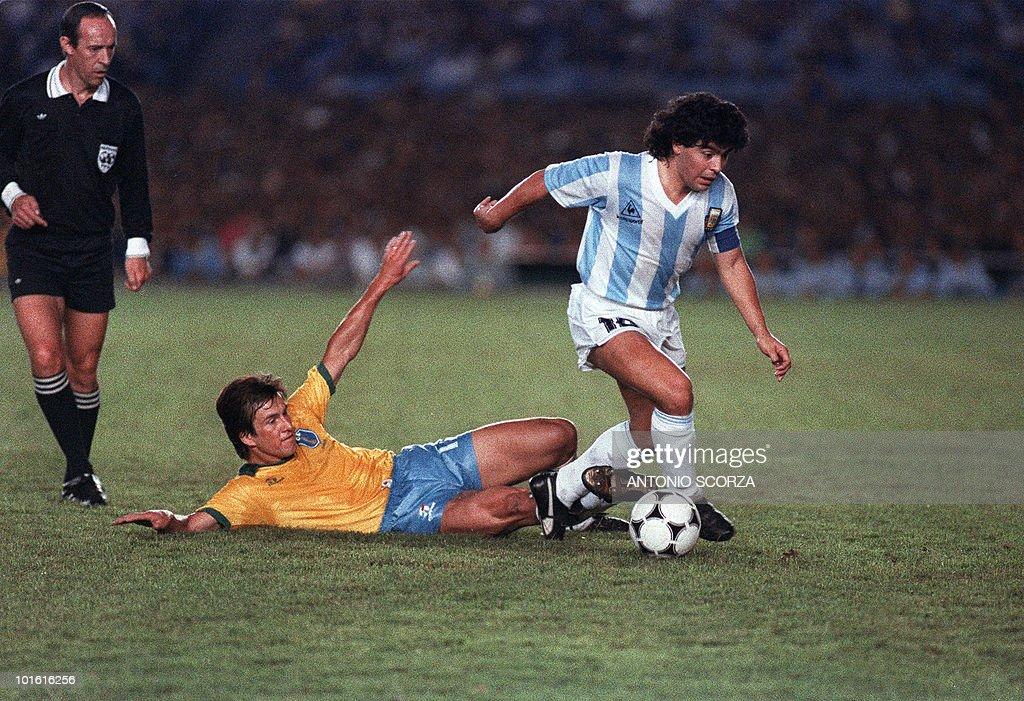 Argentina's Diego Maradona (R) slips pas : News Photo
