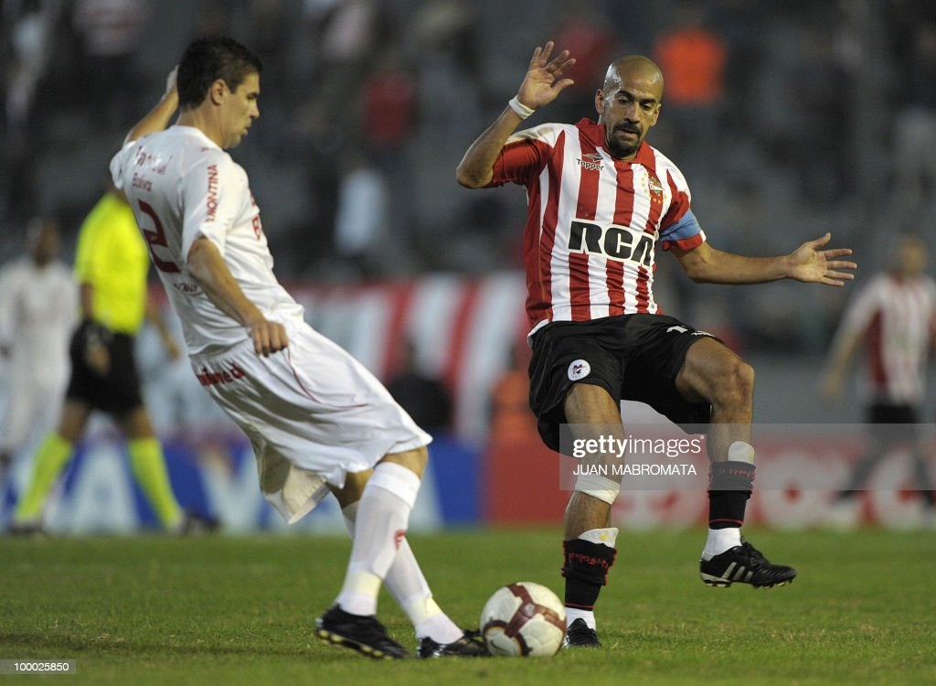 Argentina's Estudiantes midfielder Juan Veron (R) vies for the ball with Brazil's Internacional defender Bolivar during the second leg of the Copa Libertadores 2010 quarterfinals football match at Centenario stadium in Quilmes, south Buenos Aires, on May 20, 2010. AFP PHOTO / Juan Mabromata