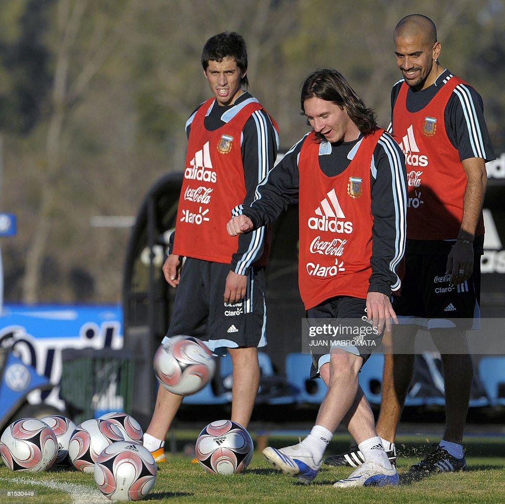 Argentina's footballer Lionel Messi (C) : News Photo