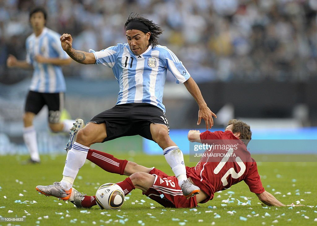 Argentina's forward Carlos Tevez (L) vies for the ball with Canada's defender Nikolas Ledgerwood during a friendly football match at the Monumental stadium in Buenos Aires, on May 24, 2010. Argentina is flying to South Africa for the World Cup finals on Friday, and will play their first match against Nigeria on June 12 in Johannesburg. AFP PHOTO / Juan Mabromata