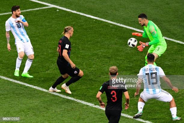 TOPSHOT Argentina's forward Lionel Messi fails to score against Croatia's goalkeeper Danijel Subasic during the Russia 2018 World Cup Group D...
