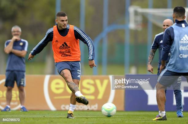 Argentina's forward Mauro Icardi takes part in a training session in Ezeiza Buenos Aires on August 28 2017 ahead of a 2018 FIFA World Cup Russia...