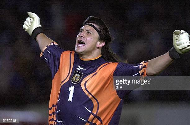 Argentina's goalie German Mono Burgos celebrates the winning goal against Brazil 05 September during their 2002 World Cup qualification match in...